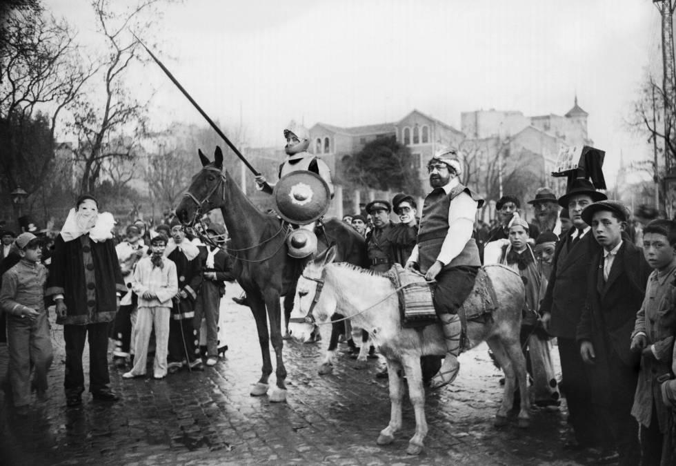Dos hombres difrazados de Don Quijote y Sancho Panza en el carnaval de Madrid de 1932, cerca de la plaza de Colón.
