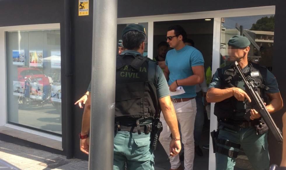 La Guardia Civil con el responsable de una inmobiliaria acusada de un supuesto fraude en Palma de Mallorca