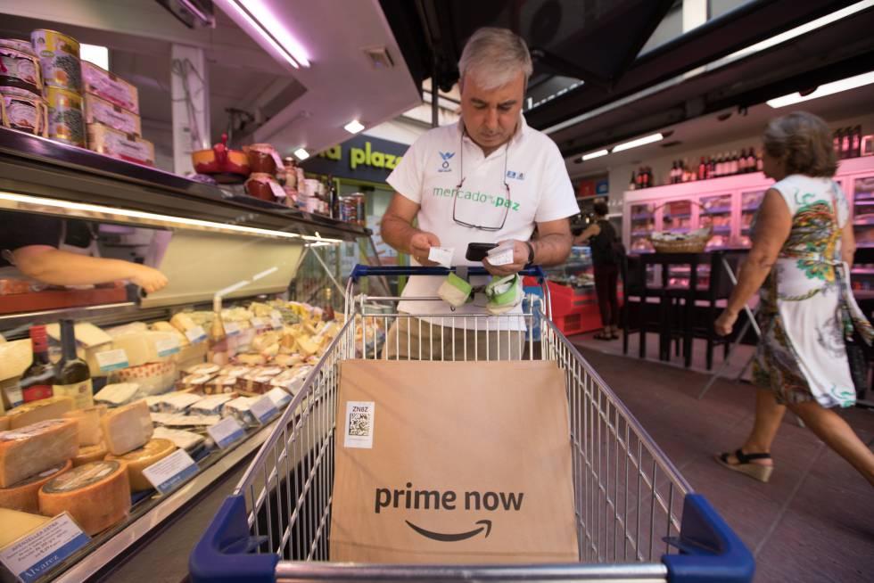 Un trabajador de Amazon en el Mercado de la Paz hace la cesta de la compra para un cliente online.
