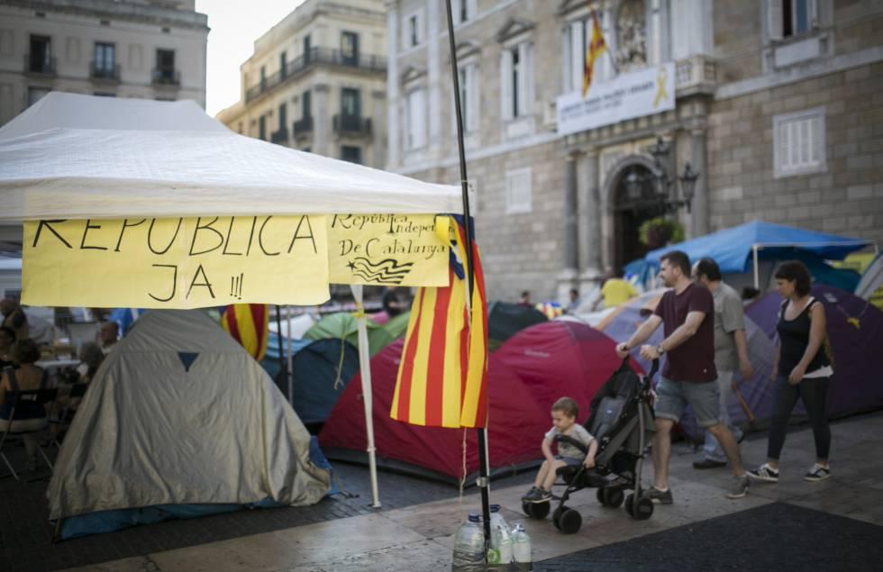 La acampada independentista abandona la plaza Sant Jaume durante las ... 6e97424210e
