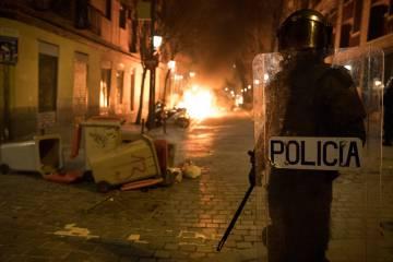 La policia avanza por la Calle Meson de Paredes con la calle Tribulete, durante los disturbios del pasado marzo en Lavapiés.