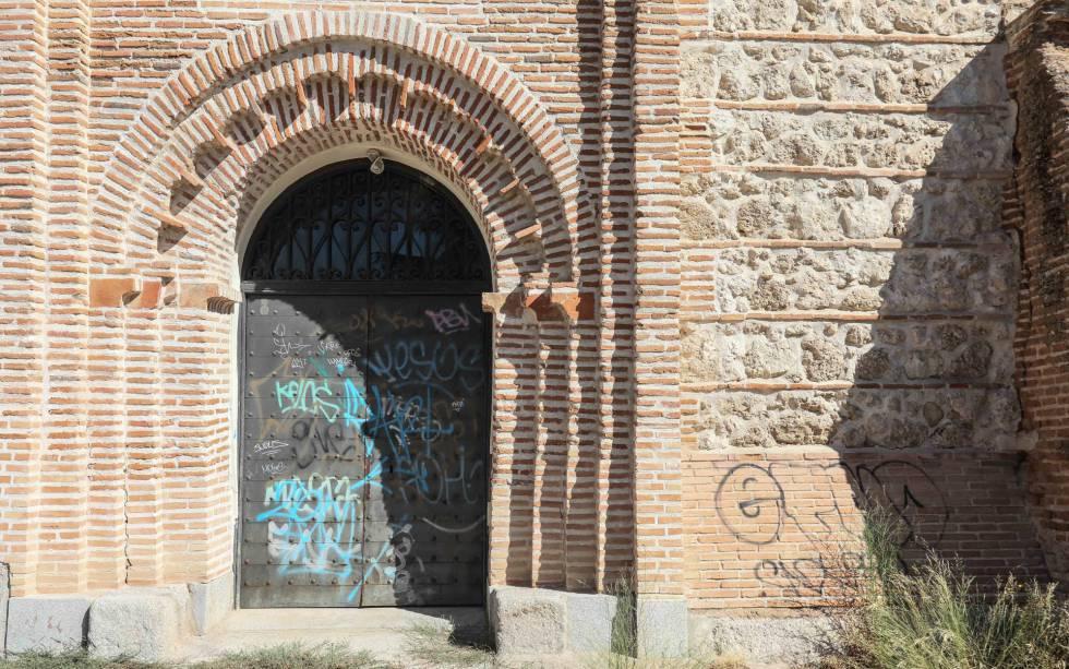 Grafitis en el pórtico de entrada a la ermita.