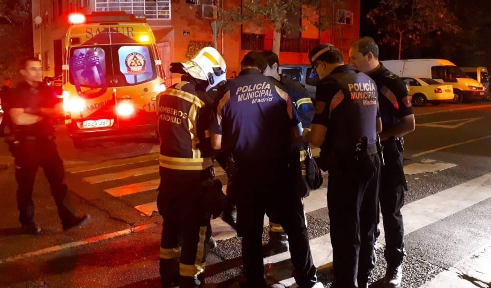 Bomberos del Ayuntamiento de Madrid trabajan en la extinción de un incendio.
