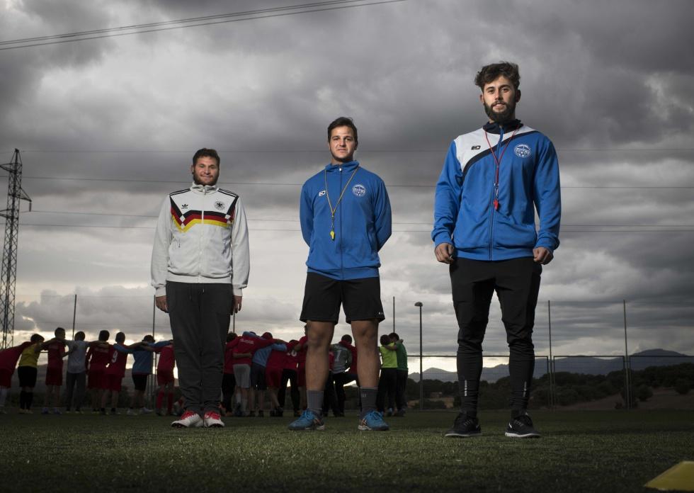 De izquierda a derecha, Javier Puentes (25 años), Guillermo Sánchez (22) y Pablo Jiménez (25) entrenadores del alevín en la Unión Deportiva Vellón Venturada. El club se fundó en 2014 para dar respuesta al crecimiento de población en los dos pueblos.