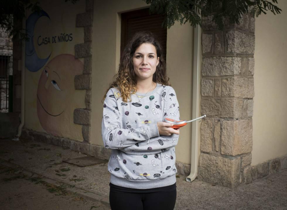 Laura García, de 26 años, es maestra en la Casa de Niños de Torremocha del Jarama. Se mudó con sus padres desde Malasaña cuando solo tenía siete años. Aunque está feliz con la vida de pueblo, está estudiando oposiciones para encontrar estabilidad laboral y vivir más cerca del centro de la capital: