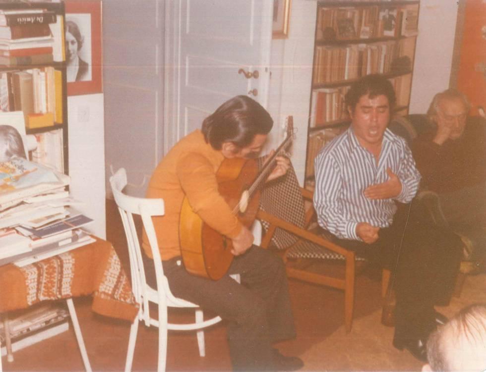 José Menese con la guitarra y Rafael Alberti escuchando en su casa de Roma en 1972