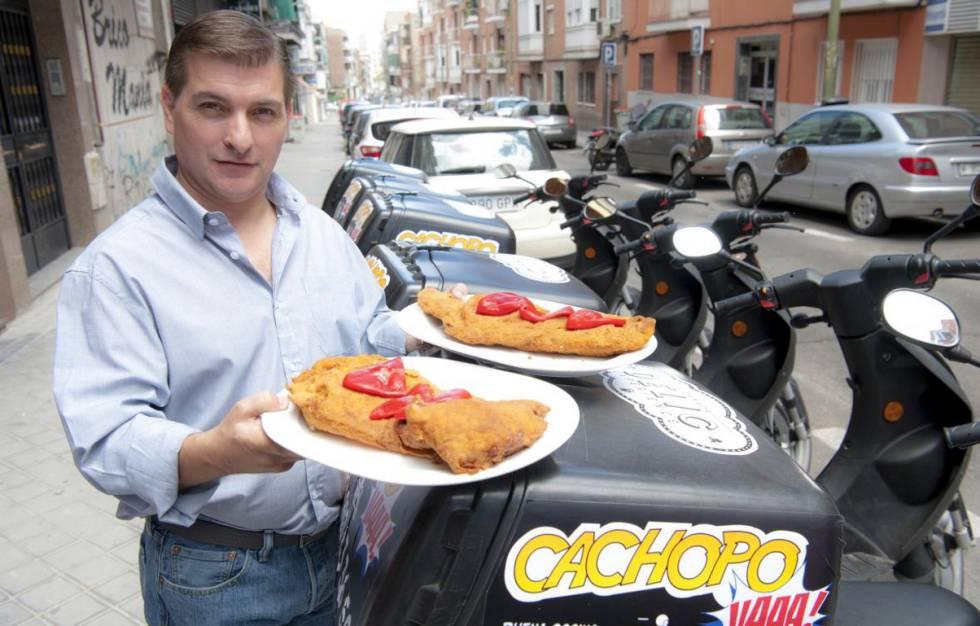 César Román, junto a la flotilla de motos de uno de sus restaurantes.