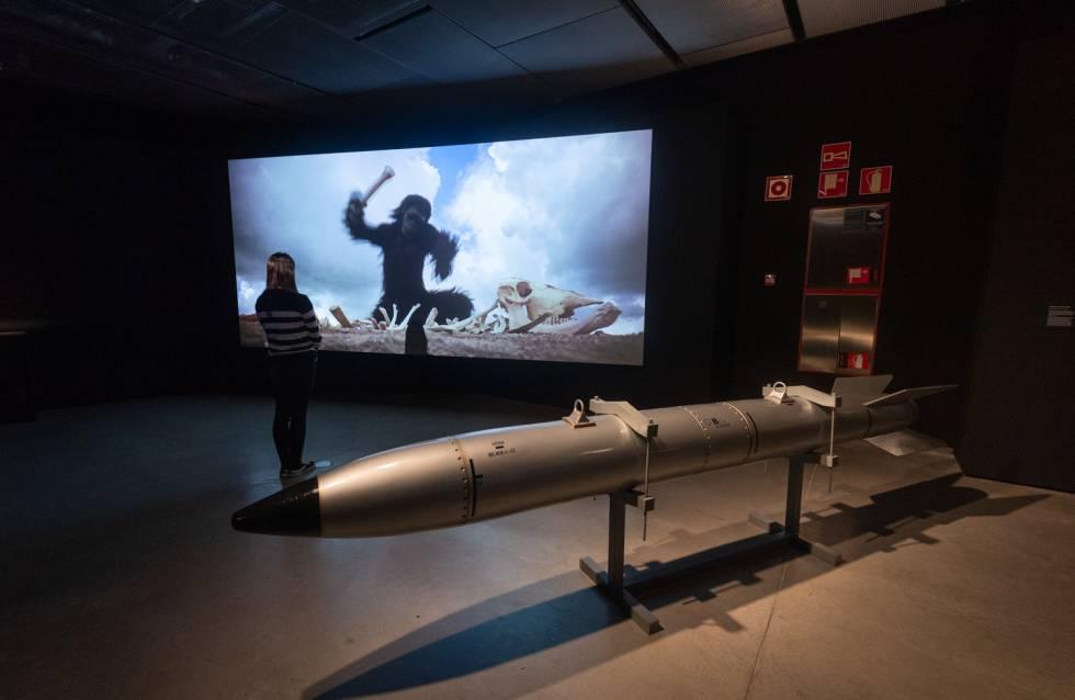 Una visitante observa una de las escenas de 2001: Una Odisea en el Espacio.