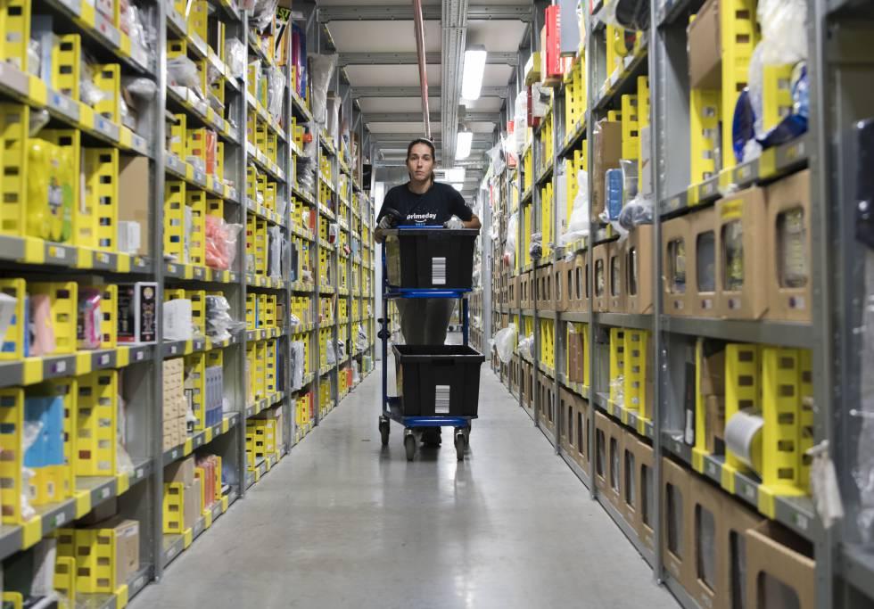 Una empleada en el centro logístico de Amazon.