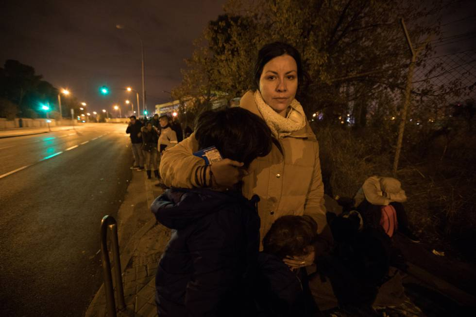 Anielka Bustamante waits in line with her two children.