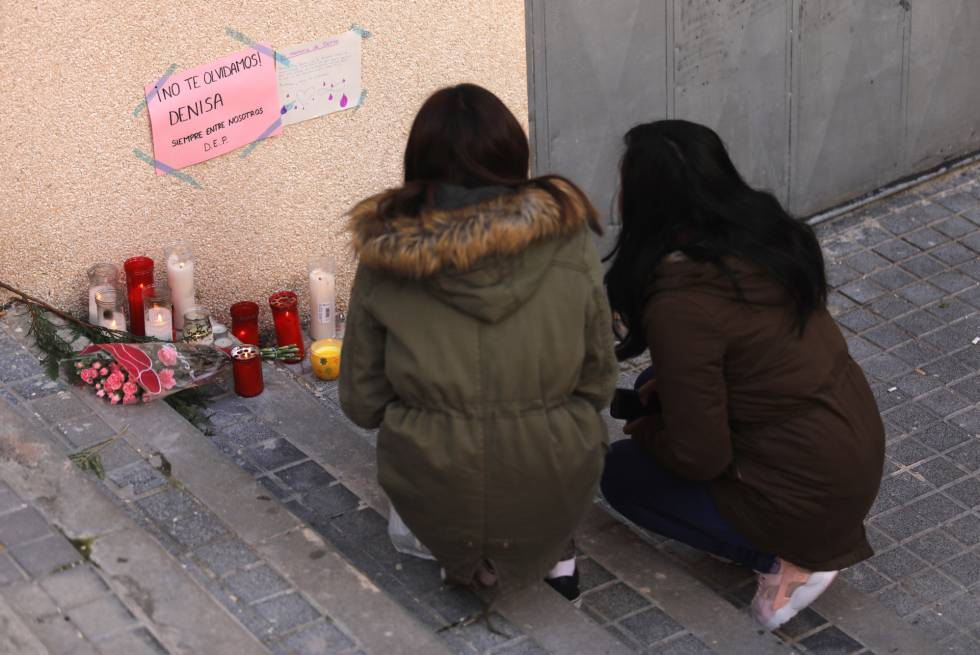 Flores en recuerdo de la menor Denisa asesinada en la confluencia de las calles Cuenca y la calle Desmonte en Alcorcón