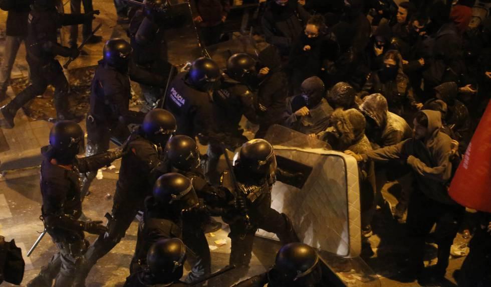 Los Mossos cargan contra manifestantes el pasado jueves en Terrassa.