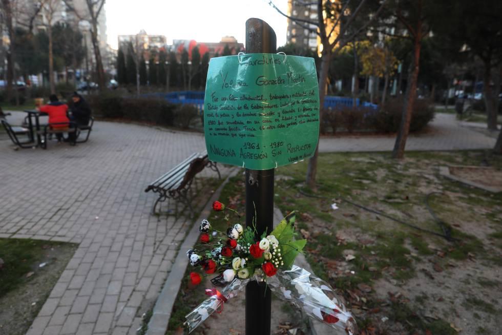 Un cartel plastificado sustituye a la placa homenaje a Yolanda González.