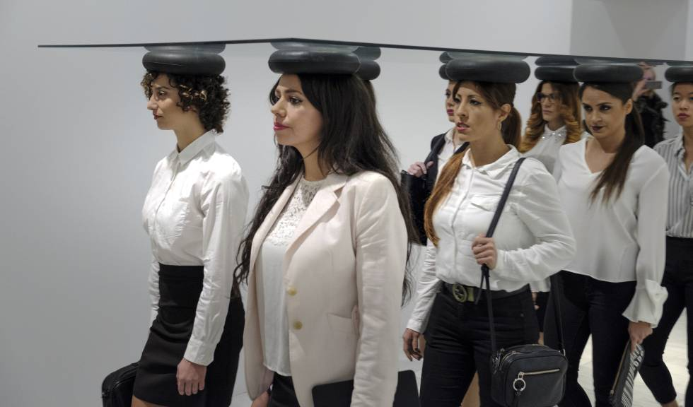 Un grupo de mujeres camina sosteniendo un cristal sobre sus cabezas en 'The Walking Ceiling'.