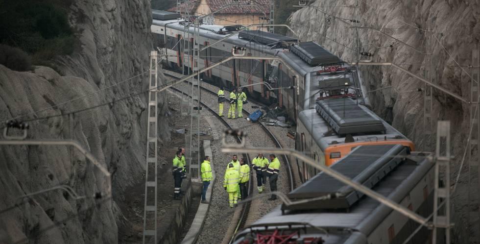 Empleados de Aadif trabajan en la zona del accidente, esta mañana.