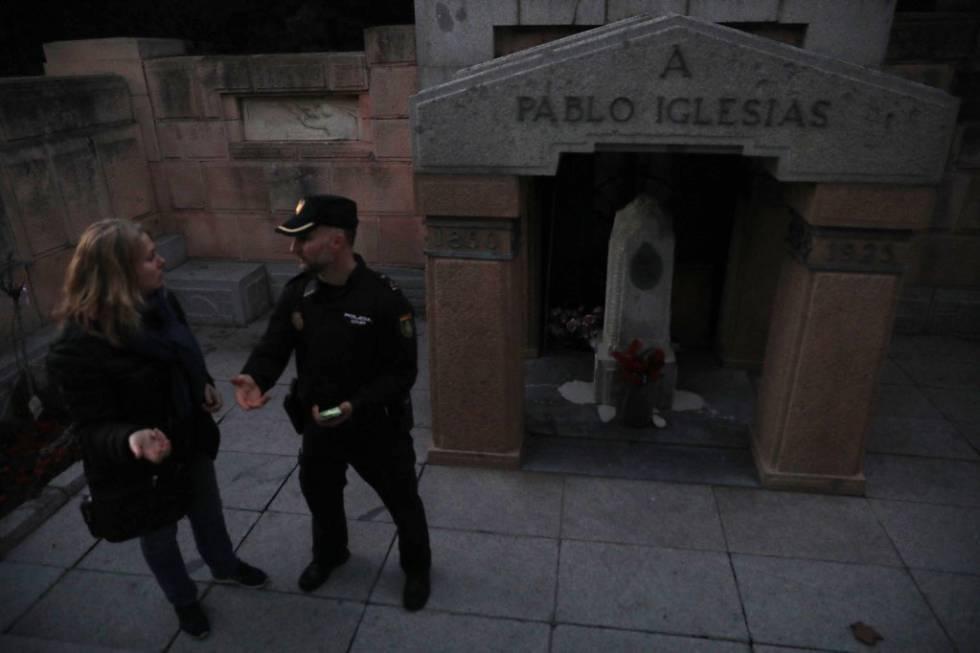 Pintura blanca sobre el panteón de Pablo Iglesias, en La Almudena.