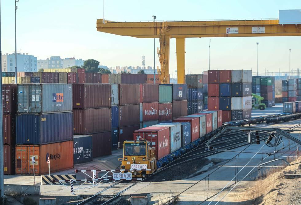 El Puerto Seco de Coslada es una terminal de trenes que conecta con los cuatro puertos marítimos de España: Algeciras, Valencia, Barcelona y Bilbao.