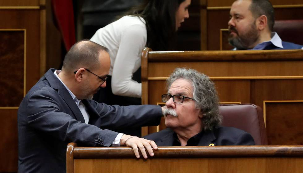 El portavoz de ERC, Joan Tardà (sentado), junto al portavoz de PDeCAT, Carles Campuzano, durante el debate de este miércoles en el Congreso sobre los Presupuestos.