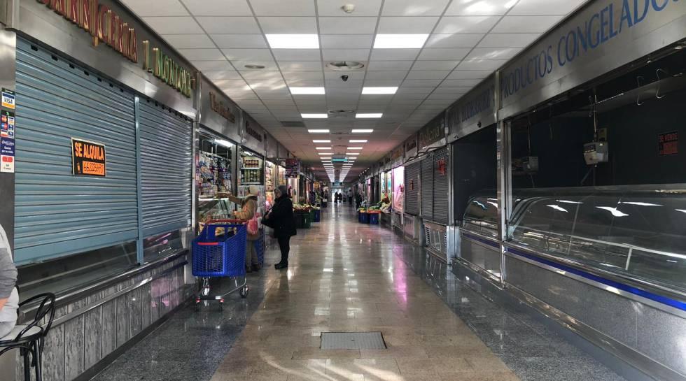Vista del interior del mercado de Ondarreta, con muchos locales cerrados.