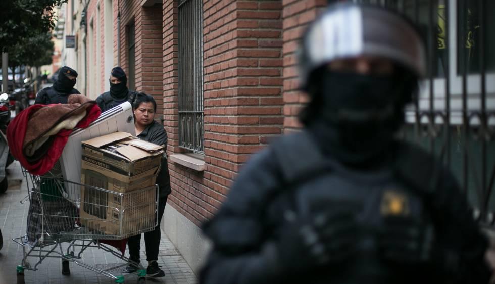 Los desahucios sin aviso previo se multiplican por siete en 2018 en Barcelona | Cataluña | EL PAÍS