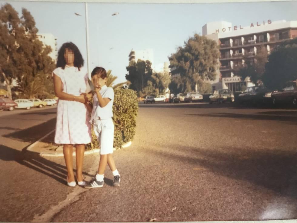 Guadalupe y su hijo, en unas vacaciones en Roquetas de Mar, en los años 80, en una foto del álbum familiar.