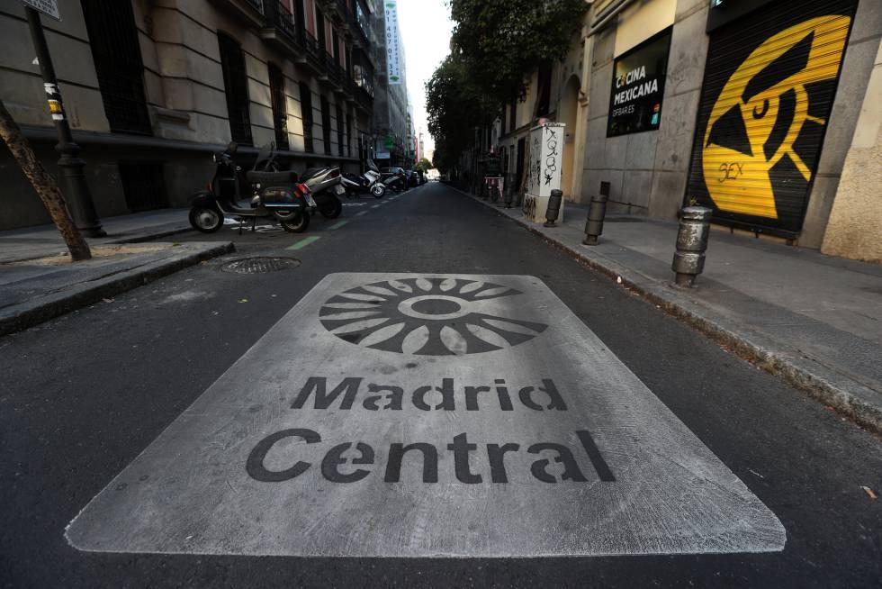 Una señal en el suelo informa sobre la entrada a Madrid Central.