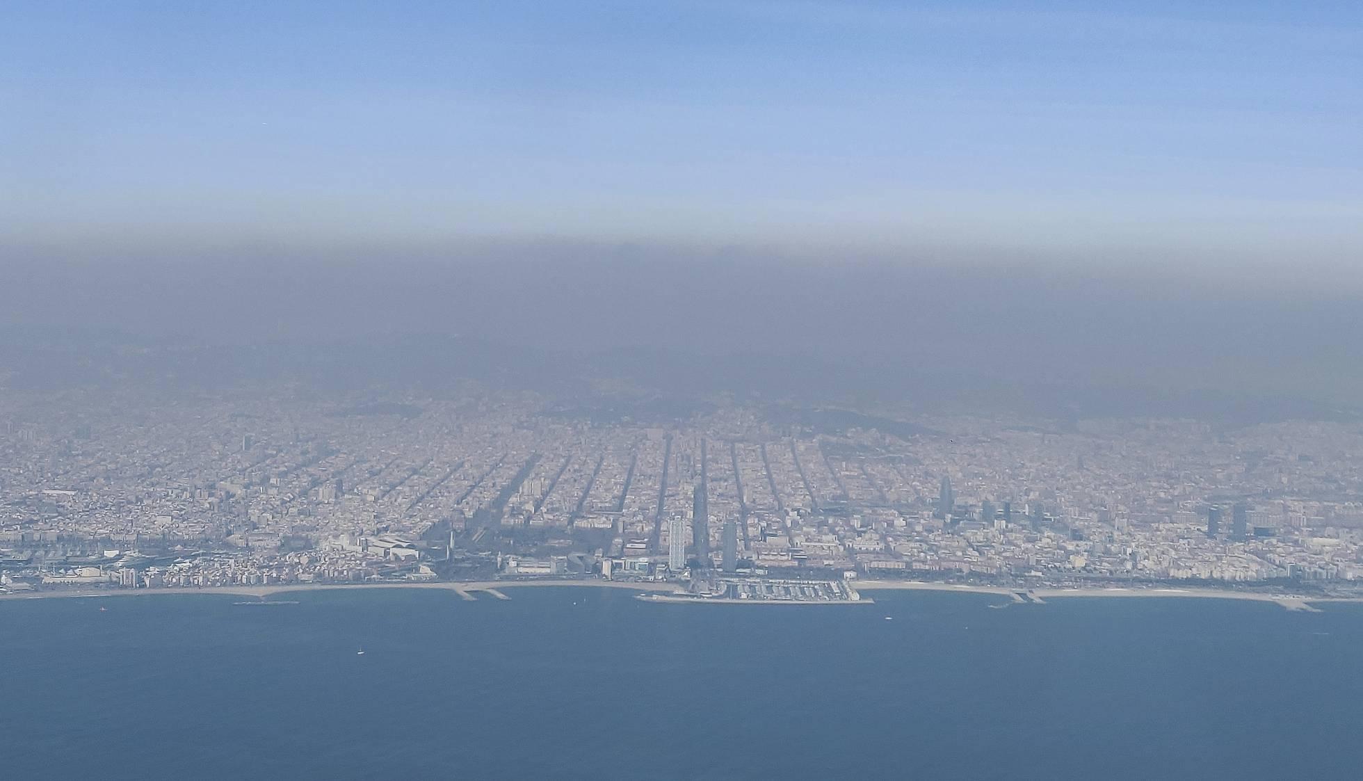 Nube de polución sobre la ciudad de Barcelona en una imagen tomada desde un avión. Imagen: El País.