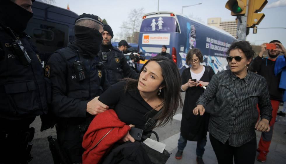 Las diputadas de la CUP, María Sirvent y Natalia Sánchez intentan evitar que el bus Hazte Oír circule.