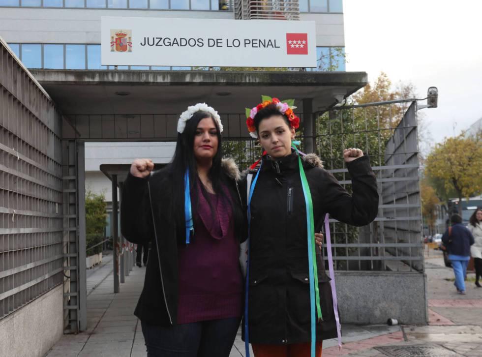 Ana Urbina (izquierda) y Carlota Cánovas, activistas de Femem, en noviembre a la entrada del juicio contra ellas por encadenarse a un crucifijo de La Almudena.