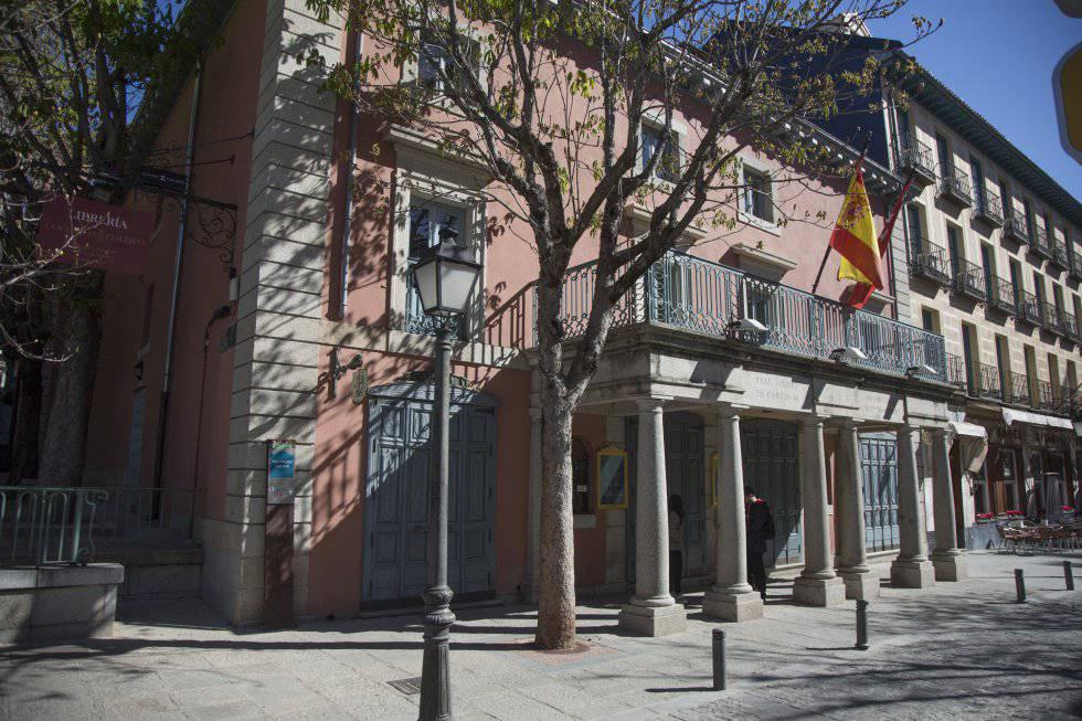Fachada del Real Coliseo Carlos III, situado muy cerca del Monasterio de El Escorial.