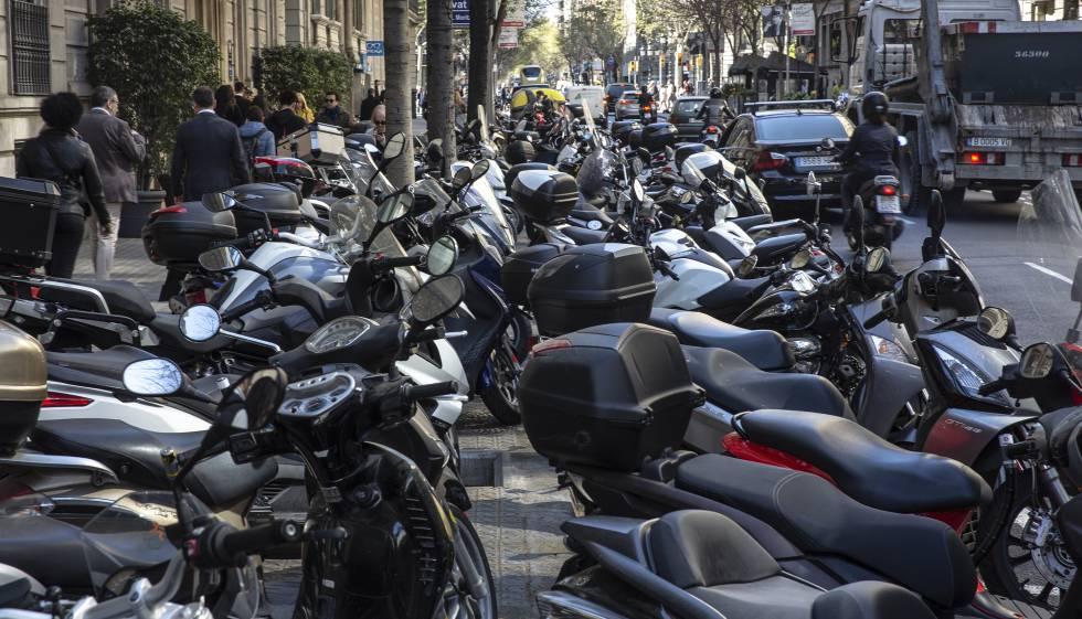Motos aparcadas en la acera en Barcelona.