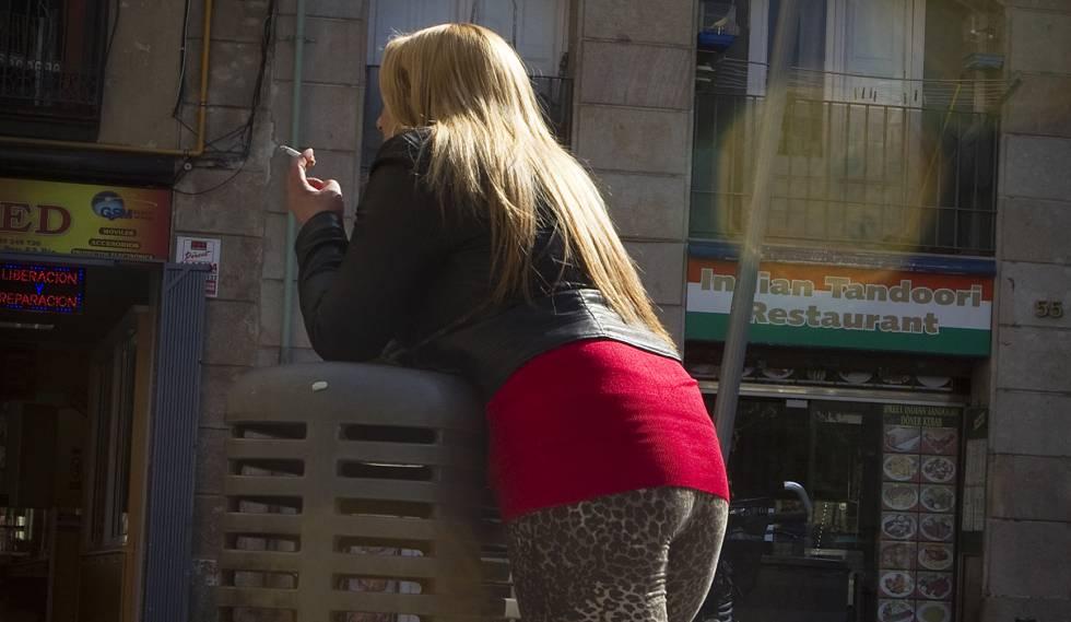 Una mujer ejerciendo la prostitución en la calle d'En Robador del Raval.