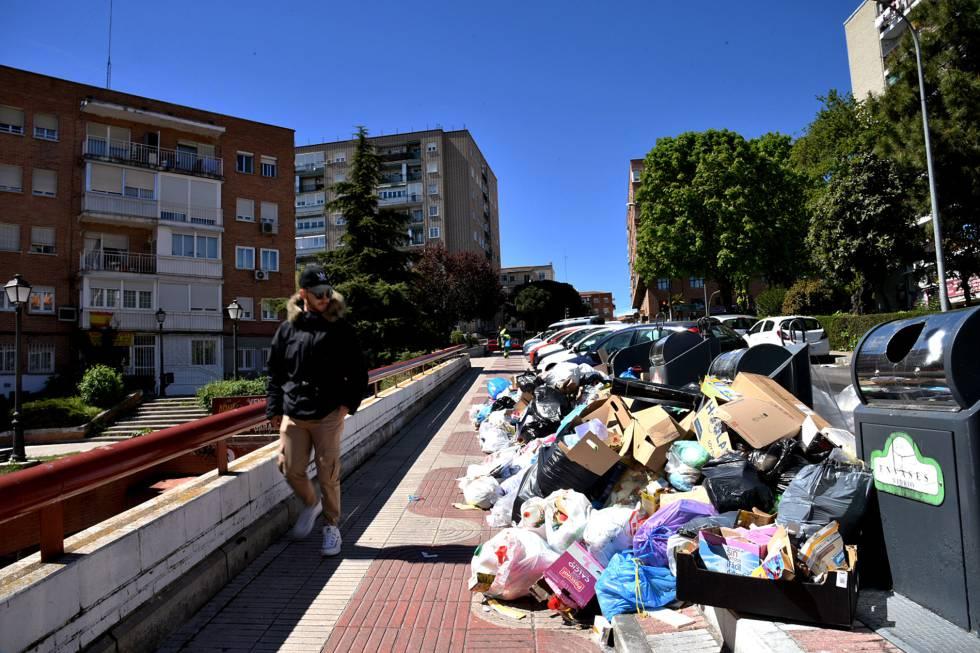 Basura desbordando la zona de contenedores en una calle de Alcorcón.