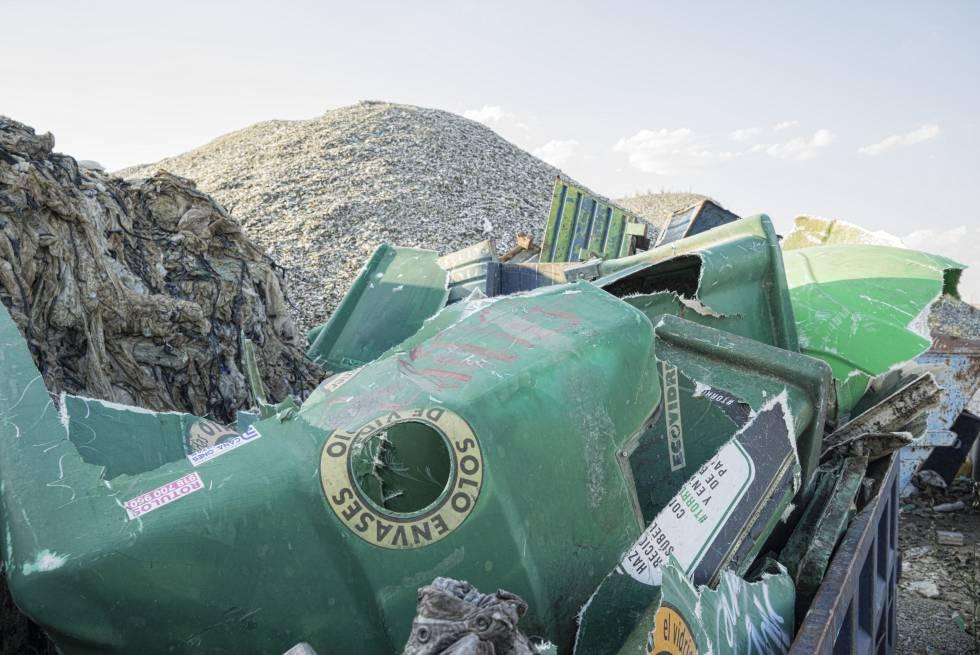 Contenedores rotos de Ecovidrio y restos de vidrio de Recycling Hispania.