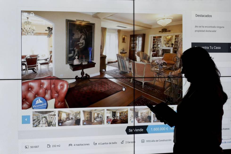 Una mujer contempla el anuncio de una vivienda en una web inmobiliaria.