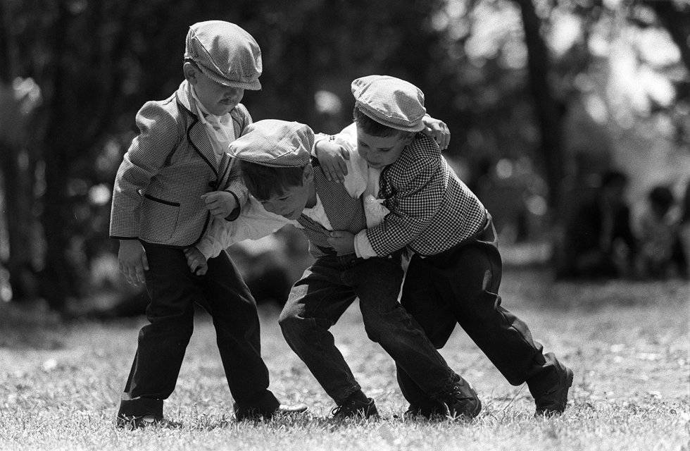 Unos niños vestidos de chulapos juegan en la pradera de San Isidro el 15 de mayo de 1997.