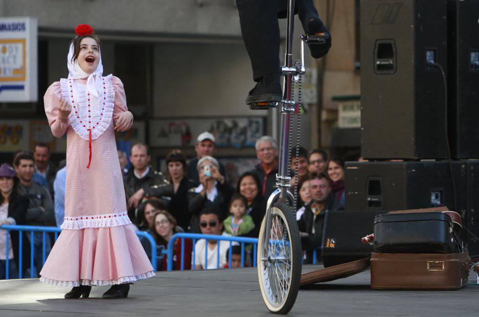 Una niña disfruta de uno de los espectáculos en la plaza de Soledad Torres Acosta, el 14 de mayo de 2009.