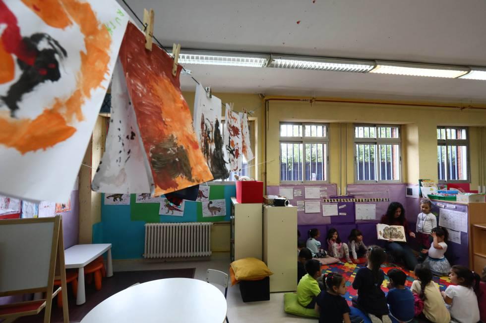 Una maestra y sus alumnos en una clase del colegio Manuel Núñez de Arenas, en Vallecas, Madrid.