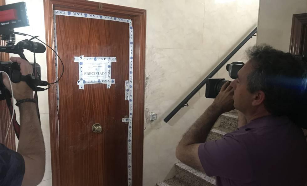 Dos cámaras graban la puerta de la vivienda de la fallecida.