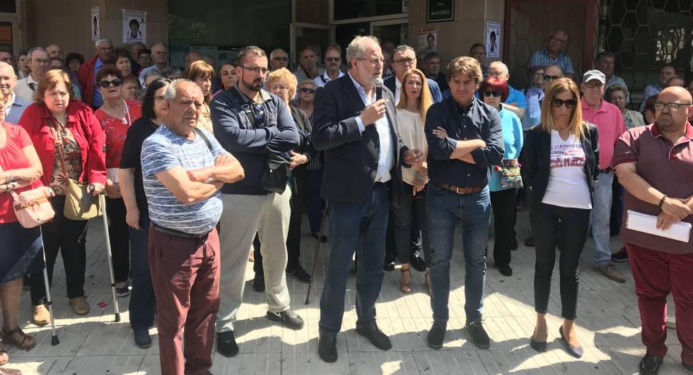 Concentración de repulsa frente a la asociación de mayores de Fuenlabrada el pasado viernes.