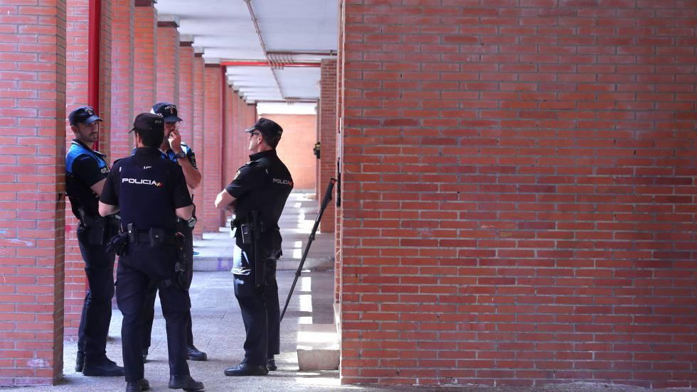 Agentes de la policía en la calle Victoria Kamhin, en Aranjuez