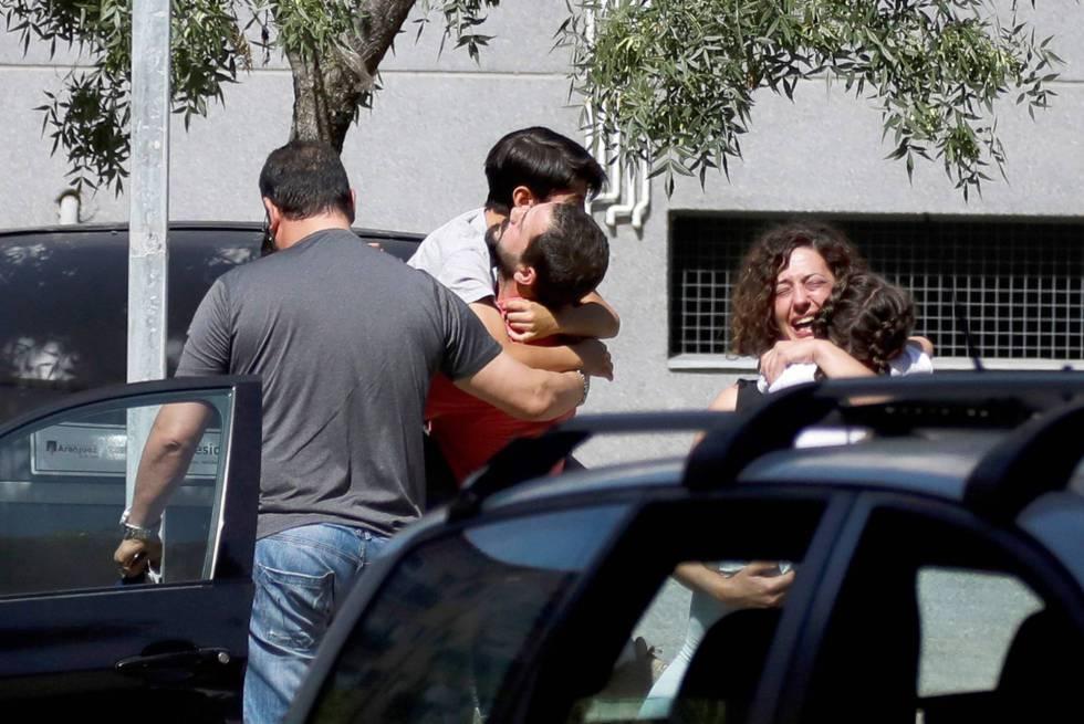 Familiares de las víctimas de un tiroteo de Aranjuez.