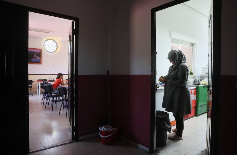 Muna cocina mientras su hijo Ibrahim espera en otra sala. Pincha en la imagen para ver más fotos.