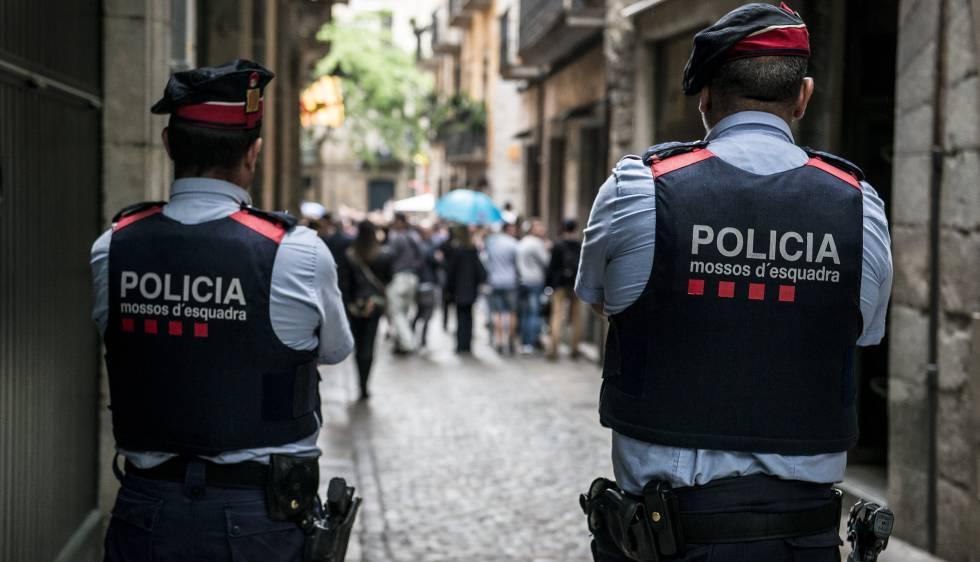 Dos 'mossos d'esquadra' en Girona, en una imagen de archivo.