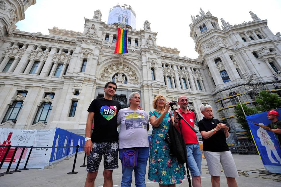 La exalcaldesa de Madrid Manuela Carmena durante el acto del despliegue de bandera del Orgullo Madrid en 2018.