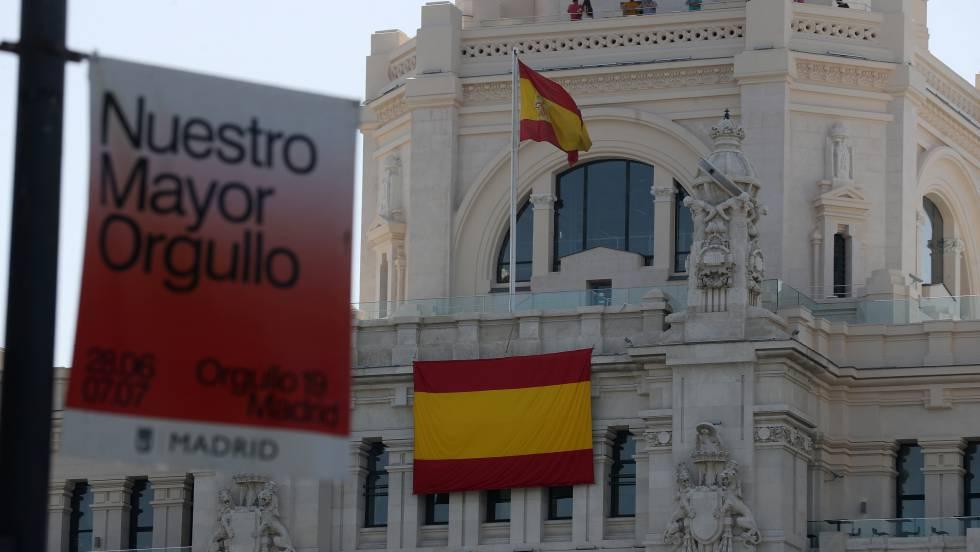 La segunda bandera de España instalada en la fachada del Ayuntamiento de Madrid.