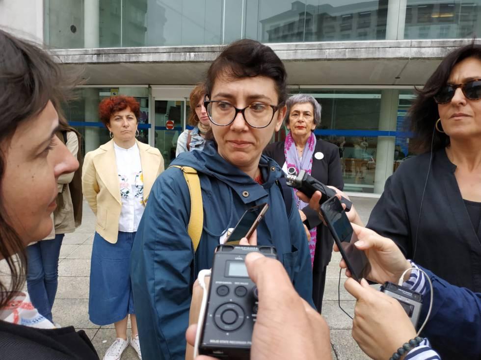 Mónica González, de la Plataforma contra la Impunidad de la Carioca, tras la entrega de firmas en la Xunta.