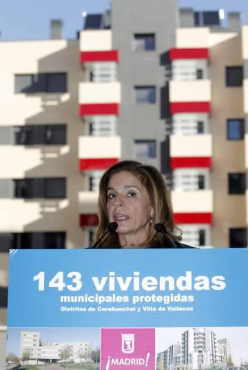 La alcaldesa de Madrid, Ana Botella, entrega las llaves de una de las viviendas de protección pública terminadas en el distrito de Vallecas.