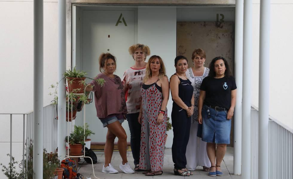 Inquilinas de la calle Salvador Allende afectadas por la venta de vivienda pública, en el centro de la foto María Jesús Almeda.