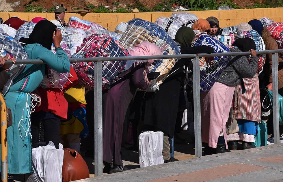 Porteadoras en el paso fronterizo del Tarajal, en Ceuta.